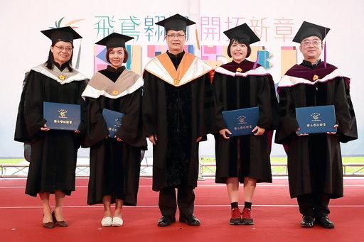 臺北大學校長李承嘉(中)親授博士班畢業生證書