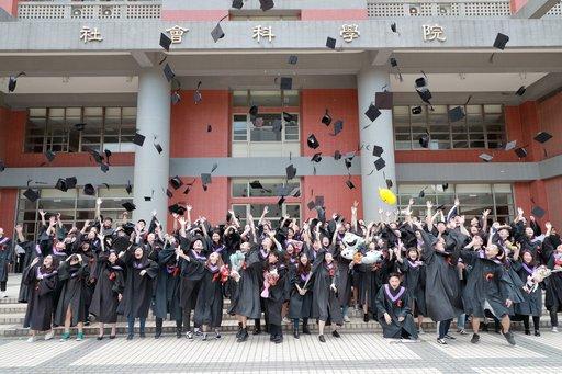 臺北大學學生歡慶畢業