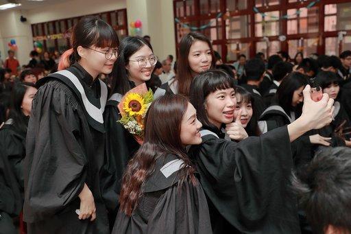 臺北大學畢業生把握機會合影留念