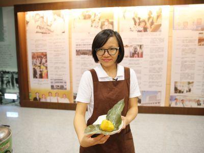 花蓮慈院營養師蘇真瑩教大家如何DIY月桃纖菇粽。