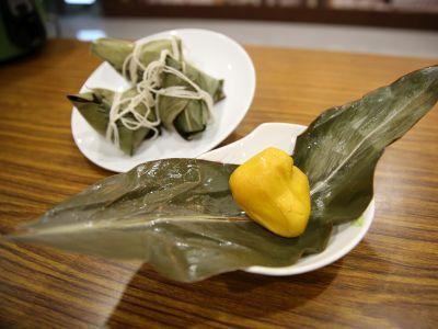 花蓮慈院健康蔬食教室選在端午節前開課,教大家製作月桃纖菇粽。