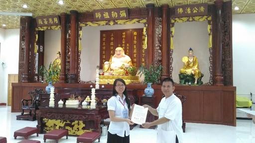 蔡佳蓉前往泰國四色菊省彌勒佛院華語交流,獲頒證書(蔡佳蓉提供)