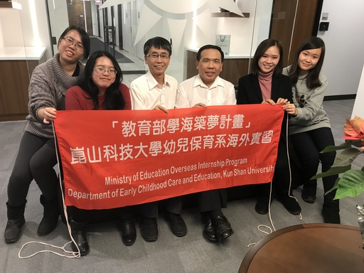 蔡佳蓉(左1)在美國實習時與駐美協會的長官合影(蔡佳蓉提供)