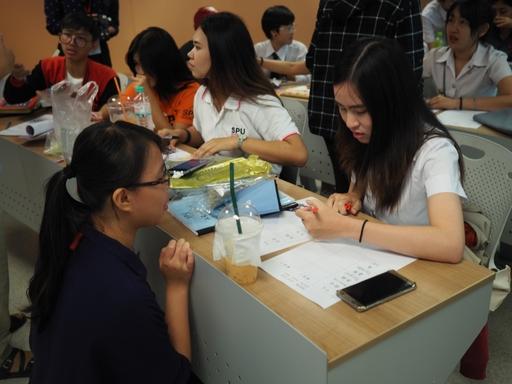 蔡佳蓉在泰國進行華語交流指導當地學生(蔡佳蓉提供)