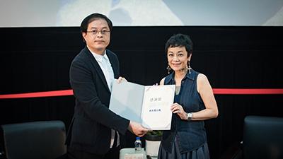 臺藝大陳志誠校長致贈張艾嘉導演感謝狀與公關賀禮。