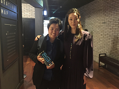 《2號球衣》導演巫虹儀(左)與和影展大使暨亞洲短片競賽單元的評審韓國女星李英真合影。