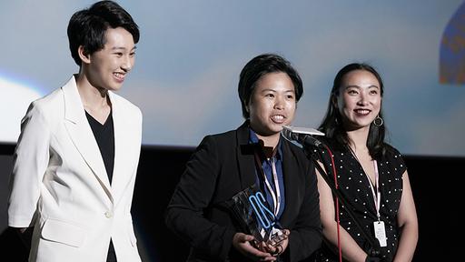 《2號球衣》導演巫虹儀致得獎感言。身旁為劇中女主角李雪(右)、陳貞霓(左)。