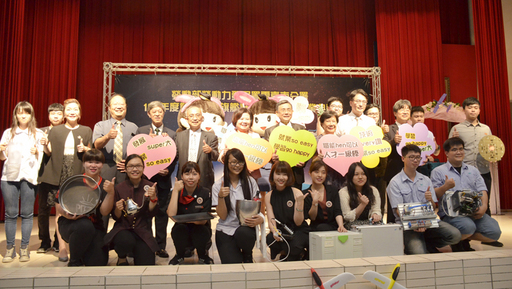 陳瑩真(前排左四)參與雙軌生畢業典禮 (陳瑩真提供)