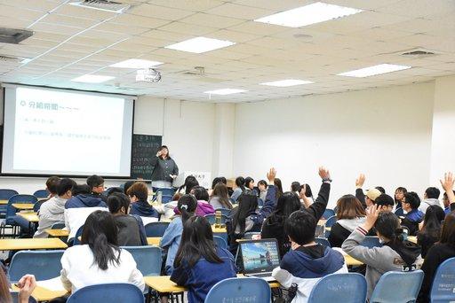 亞大副校長柯慧貞帶領的網癮中心研究師生與參加志工研習同學進行PBL個案討論。