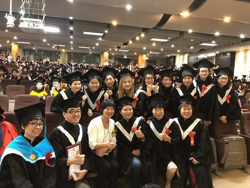 台中市林依瑩副市長與畢業生合照