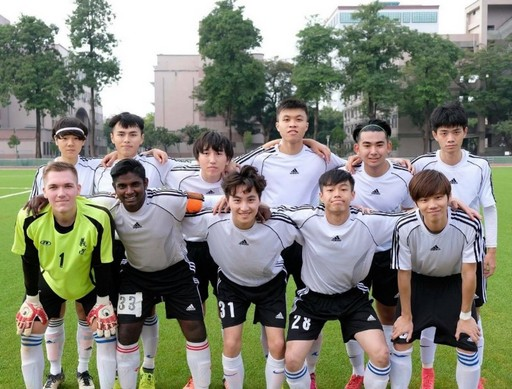 來自斯洛伐克的Boris(前排左一)加入國際足球隊,認識許多同好。(Boris提供)