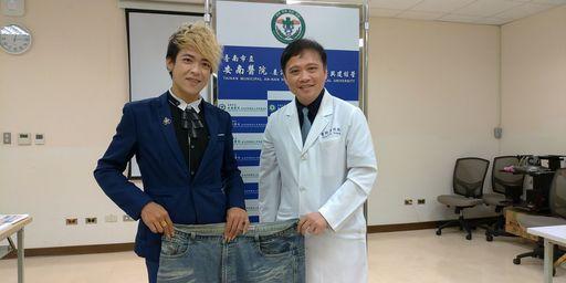 左為現在60公斤的施先生,右為黃致錕院長。