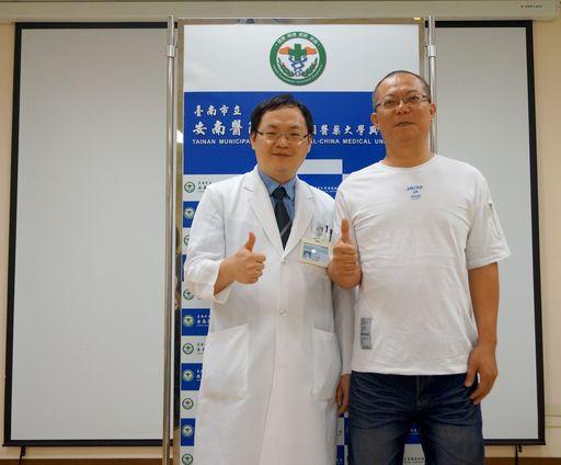 韓先生(右)上周才開刀今天就能參加記者會,他讚嘆程正鑫醫師微創脊椎手術神技。