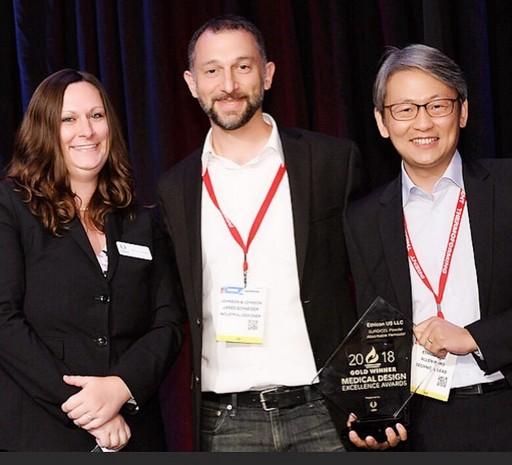 Dr. Allen Wang獲獎合照 (右一) 來源:2018 Medical Design Excellence Awards