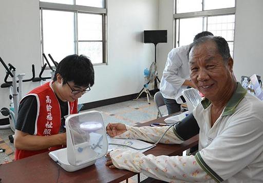 1.宅港社區長輩進行測量血壓及血氧,對於此次活動與服務內容非常滿意且讚不絕口。