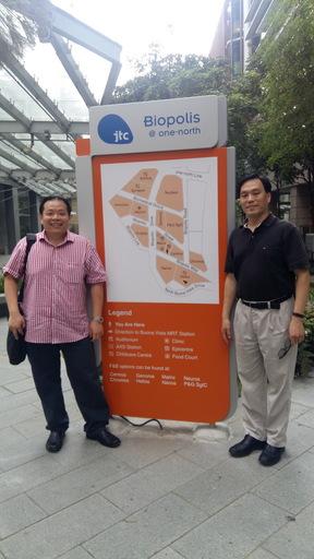 王永樑副教授(圖右)與Dr. Justin Chu 副教授(圖左)赴新加坡生醫園區 (Biopolis) 與生技廠商洽談研究成果的技術移轉事宜。