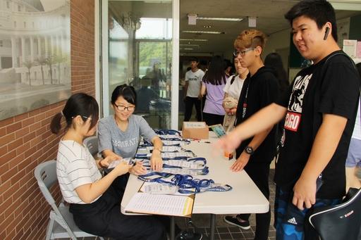 亞大舉辦英語文先修營,剛到校園報到的學員,受到先修營助理們TA歡迎。