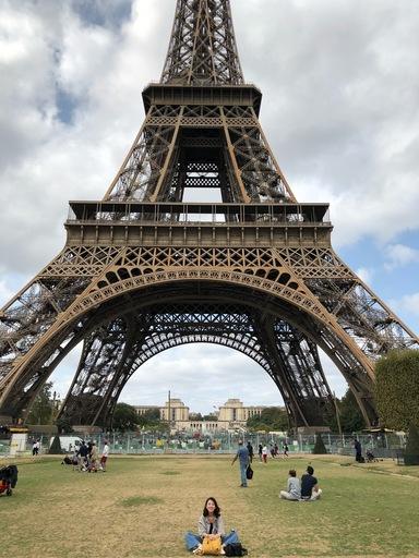 中信金融管理學院饒欣恬同學展開旅法學習生活,獨自從雷恩到巴黎旅遊,展開一個人的冒險(饒同學攝於法國巴黎鐵塔前)