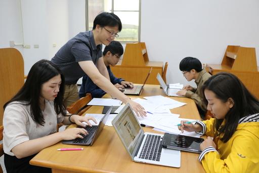 中信金融管理學院資訊中心教師陳建閔指導開發團隊執行美術設計與編碼工作