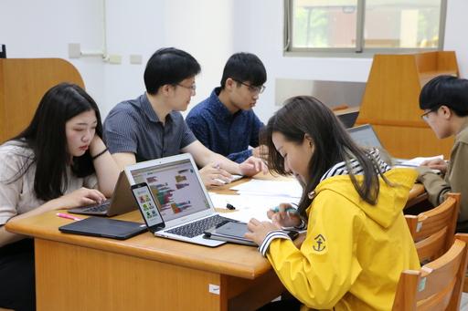 中信金融管理學院資訊中心教師陳建閔指導學生製作程式