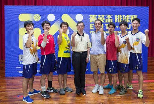 中為台灣大學副校長林達德與早稻田大學男子球員合影