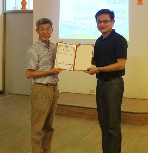 亞大學務長張少樑(右)致贈感謝狀給國立暨南國際大學副校長江大樹。