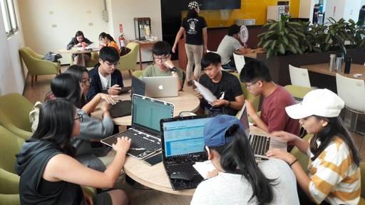 中信金融管理學院開發團隊討論校園商店街APP功能項目與設計
