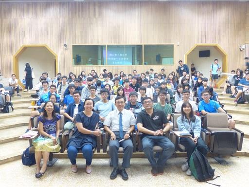 盧老師提醒在場同學「用力聽、用心聽,便會發現一個不一樣的新世界。」