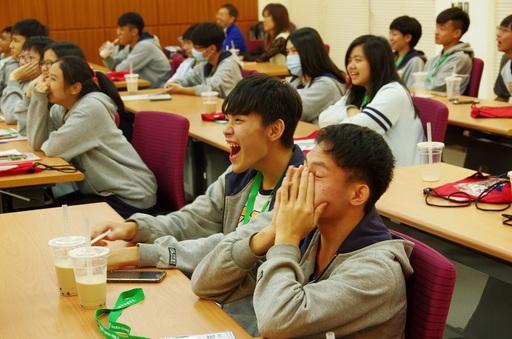 華梵大學張鴻彬教授說明手機就是一台很好的相機,輕鬆有趣的上課方式讓及人學生如沐春風,笑聲不斷,同時,教授用淺顯易懂的綱要解說腳本編寫與鏡頭語言的效果,「鏡頭的使用,就是講一個故事」。