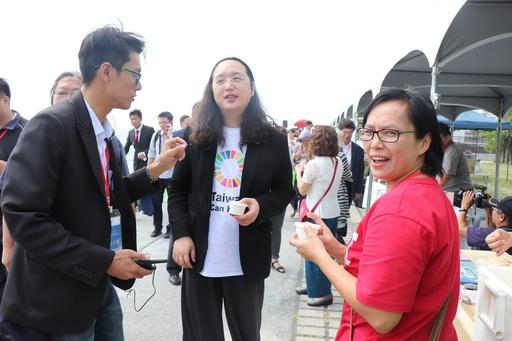 通傳5-行政院政務委員唐鳳試吃高科大水食系研發魚鱗膠原冰淇淋