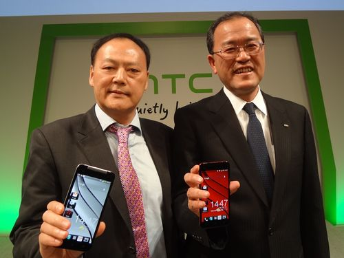 HTC Corp. President Peter Chou (left) and KDDI Corp. President Takashi Tanaka hold HTC J Butterfly phones at the product launch in Japan last year. (Photo courtesy of HTC Corp.)