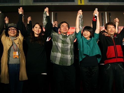 Hugh Lee (center), his wife Moon Wang (second right) and several actors hold their hands together after he announced that he was taking a break from work on Dec. 21, 2011. (CNA file photo)