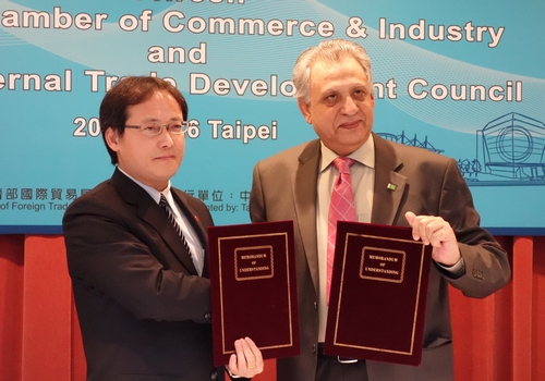 Simon Wang (left), executive vice president of the Taiwan External Trade Development Council and Sohail Lashari, president of the Lahore Chamber of Commerce and Industry.