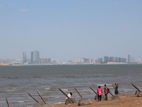 On the northwestern coat of Lieyu, with Xiamen visible on the other side of the water. (CNA file photo)