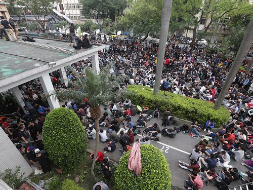 Protesters blocking one of the entrances to the Legislative Yuan Wednesday morning