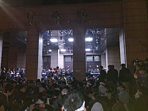 Protesters gather in front of the Executive Yuan building after breaching a gate Sunday evening.