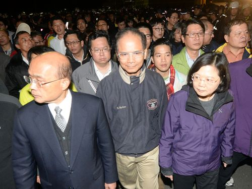 DPP Chairman Su Tseng-chang and his predecessors -- Yu Shyi-kun and Tsai Ing-wen (front, from left to right).