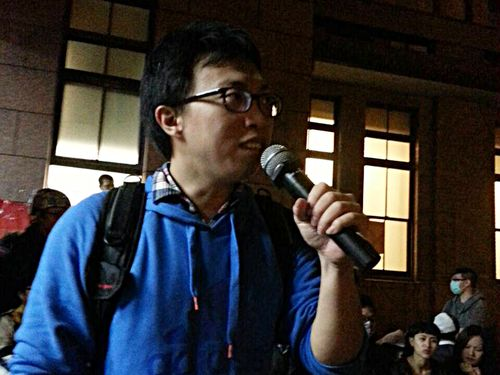 Protester leader Wei Yang, in front of the Executive Yuan, Sunday night.
