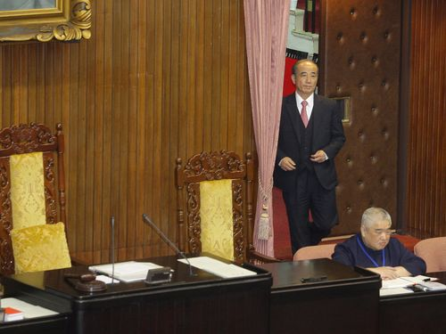 Legislative Speaker Wang Jin-pyng enters the main chamber for a morning session Friday.
