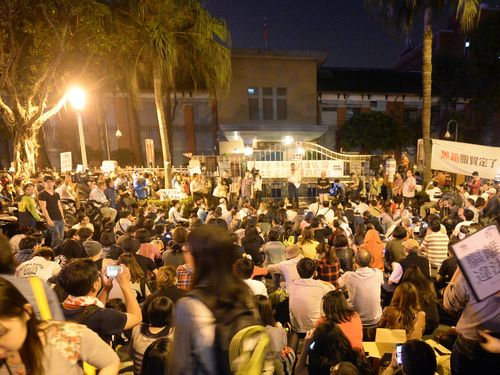 In front of the Legislative Yuan, Friday night.