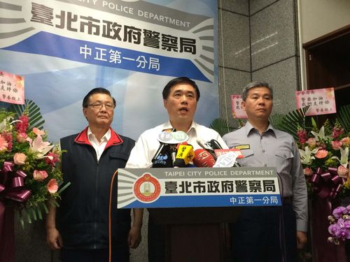 Taipei Mayor Hau Lung-bin (center) and Zhongzheng First Police Precinct chief Fang Yang-ning (right).