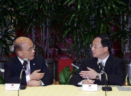 DPP Chairman Su Tseng-chang (left) and Premier Jiang Yi-huah.