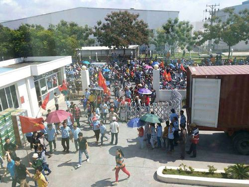 Protesters break into a factory run by Taiwanese company. (Photo courtesy of Vietnam-based Taiwanese businessmen)