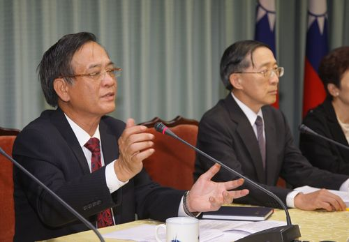 Bui Trong Van (left), head of the Vietnam Economic and Cultural Office in Taipei, and Taiwanese Foreign Minister David Lin.
