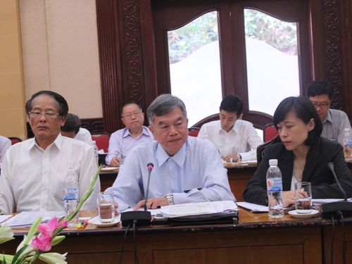 Vice Economics Minister Shen Jong-chin (center) during a meeting with the Vietnamese side in Hanoi Friday.