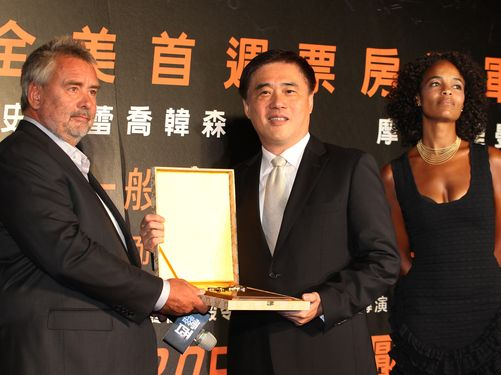 Director Luc Besson (left), his wife Virginie Silla (right) and Taipei Mayor Hau Lung-bin (center)