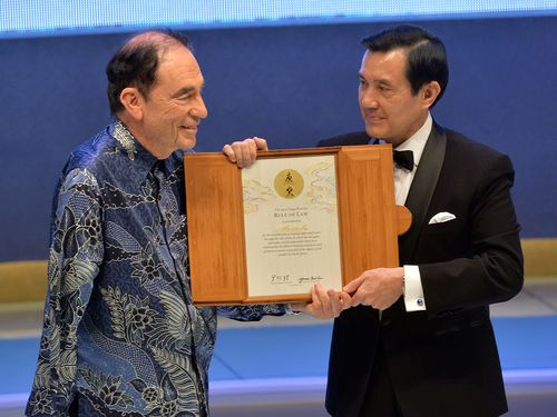 President Ma Ying-jeou (right) presents the certificate to Albie Sachs.