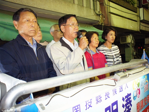 Lin Ming-chen (second left)