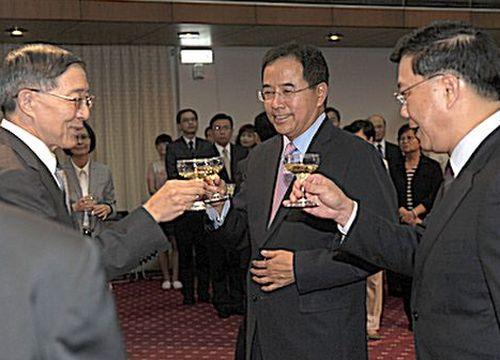 (from left)Foreign Minister David Lin , Chen Ming-cheng, the new representative of the Taipei Economic and Cultural Office (TECO) in Warsaw, Poland, and Lee Chao-cheng, director of the Taipei Economic and Cultural Center in Chennai, India.