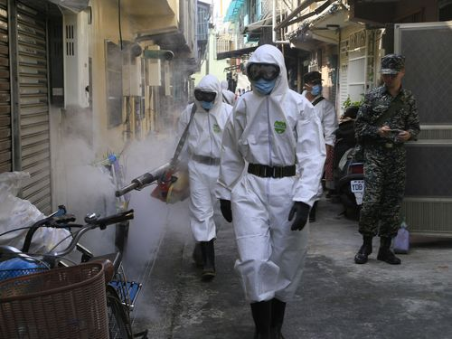 Soldiers spread pesticide in Kaohsiung Wednesday.